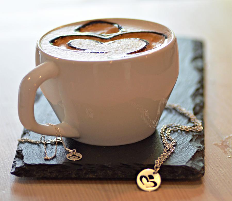 Aromatyczna kawa znamalowanym logiem Perlove przezbaristę Colours of Coffee.