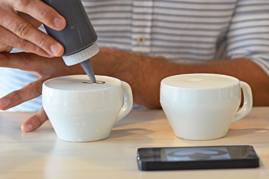 Logo Perlove powstaje na filiżance kawy.