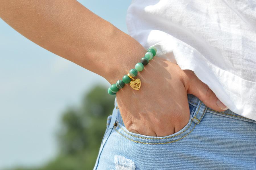 Bransoletka zzielonego agatu trawionego zażurowym serduszkiem zkolekcji Love Denim świetnie pasuje do jeansów.