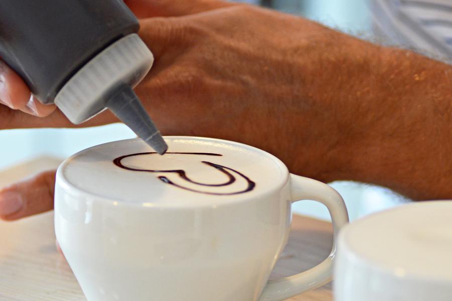 Logo Perlove na kawie, czyli Latte Art wwykonaniu Marcina Michalika.