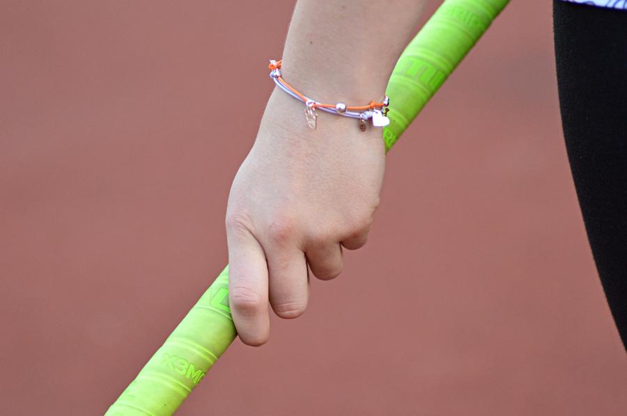Bransoletki Queens zkolorowych sznureczków zozdobnymi zawieszkami to idealny prezent dladzieci imłodzieży.