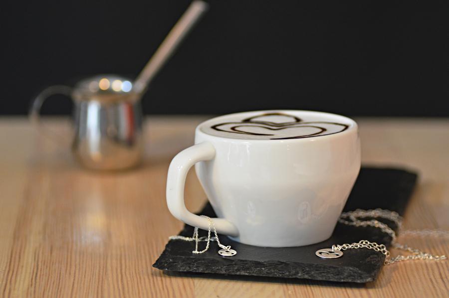 Logo Perlove stworzone na kawie przezbaristę zColours of Coffee.