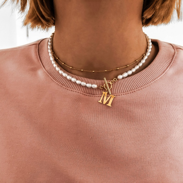 naszyjnik z pereł z literką M w zestawie z łańcuszkiem z kuleczek