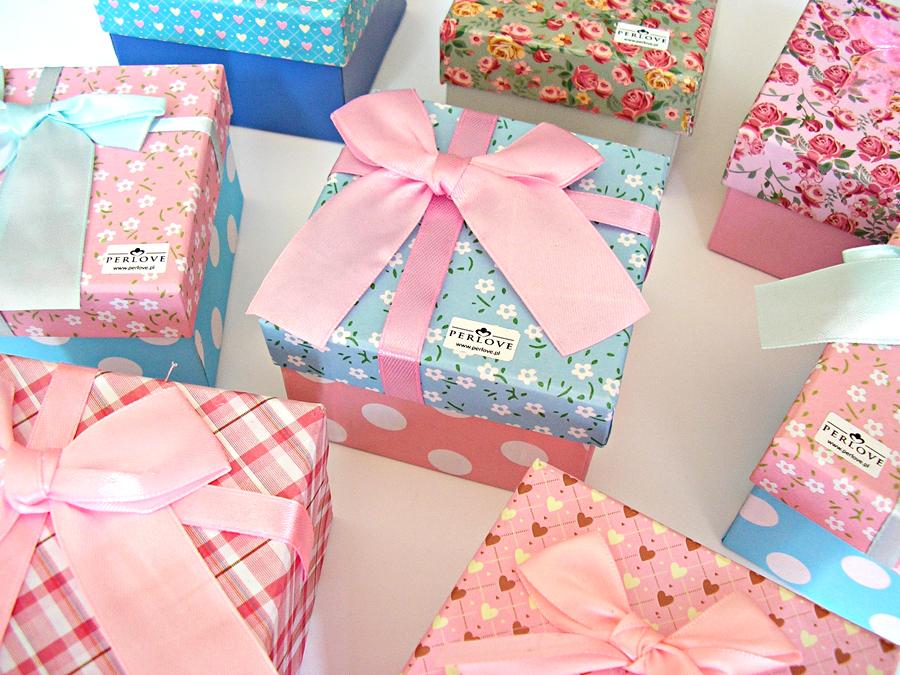 Bransoletki Queens jako nagrody dlanajlepszych zawodniczek wozdobnych kolorowych pudełeczkach.