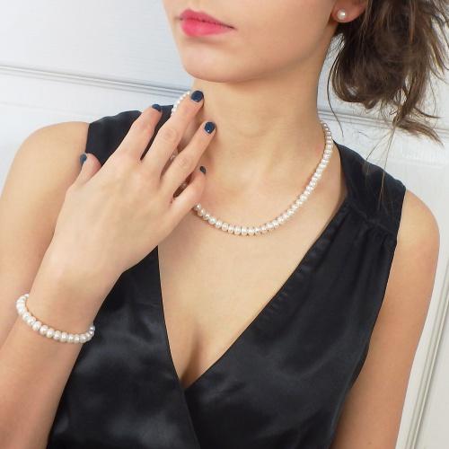 Elegancki i klasyczny komplet biżuterii z pereł hodowlanych, czyli naszyjnik, bransoletka i kolczyki dla każdej eleganckiej kobiety.
