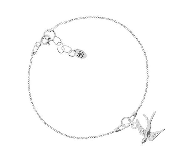 Srebrna bransoletka z jaskółką na cienkim łańcuszku.