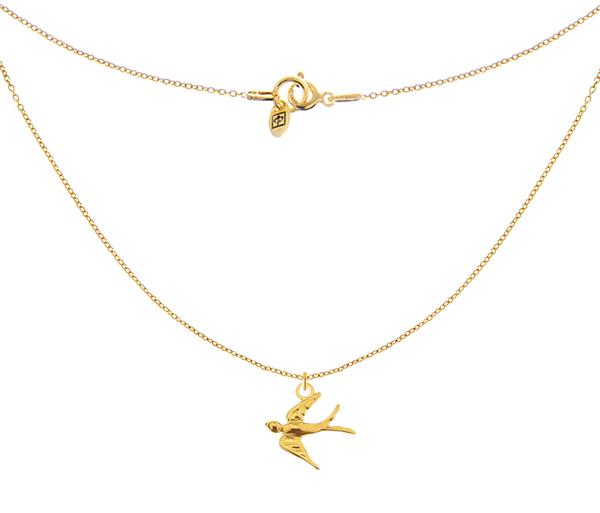 Złoty i minimalistyczny naszyjnik z jaskółką na delikatnym łańcuszku, to symbol wiosny.