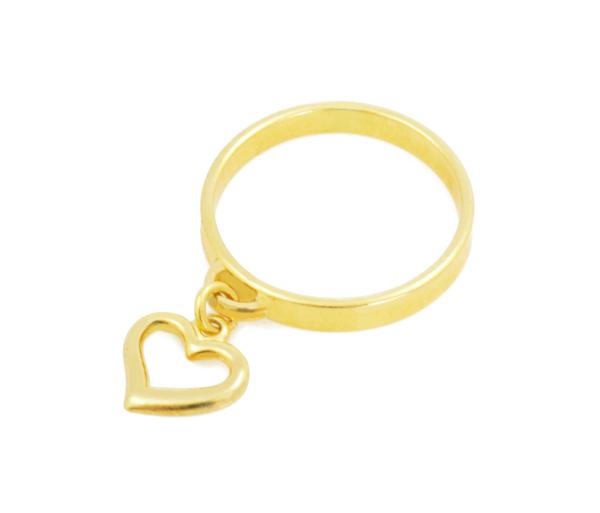 Złoty pierścionek z serduszkiem ze srebra pozłacanego to idealny prezent na walentynki dla dziewczyny.