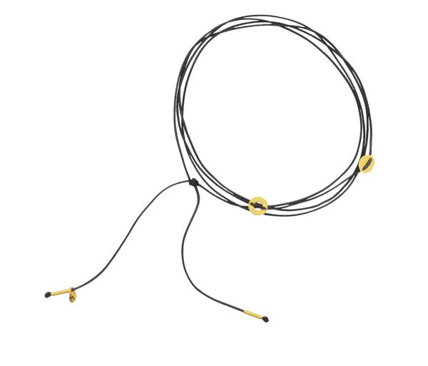 Minimalistyczny choker ze sznurka ze złotymi kółeczkami i rurkami na końcach.