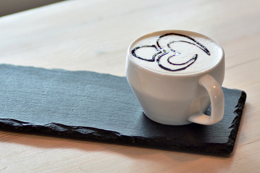 Zarys logo Perlove na kawie.