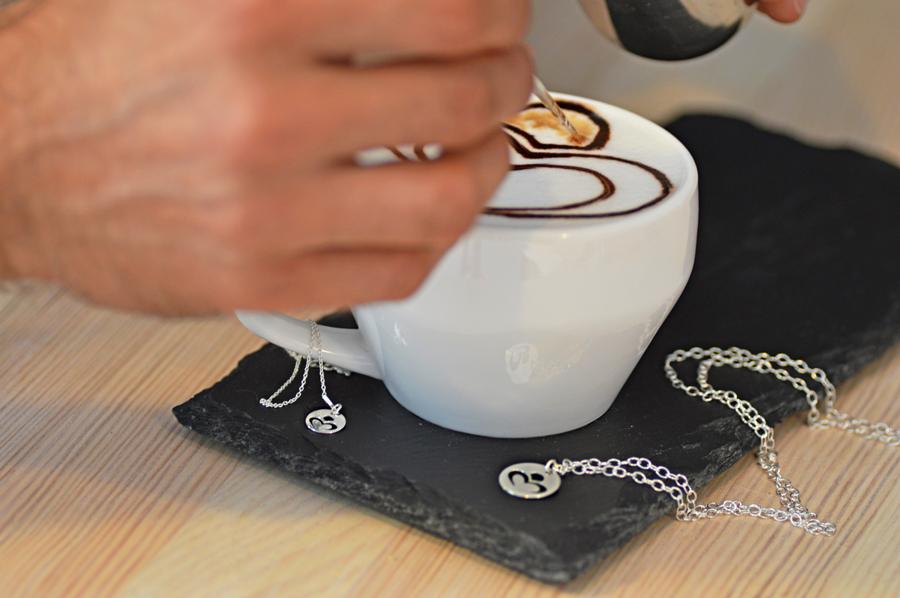Logo Perlove przeniesione na ulubioną kawę.