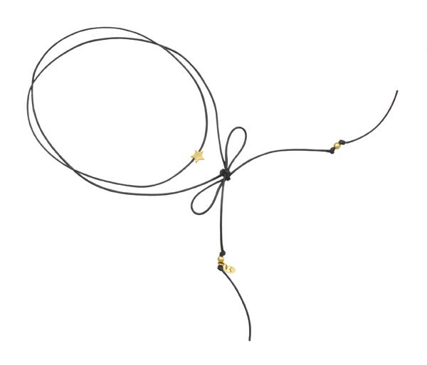 Minimalistyczny choker ze sznurka ze złotą gwiazdką.