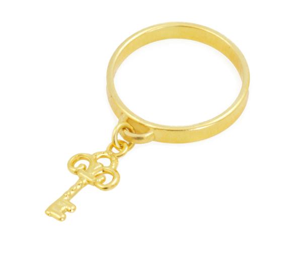 Złoty pierścionek z kluczykiem ze srebra pozłacanego.