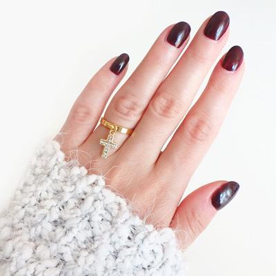 Modny pierścionek z zawieszką krzyżykiem.